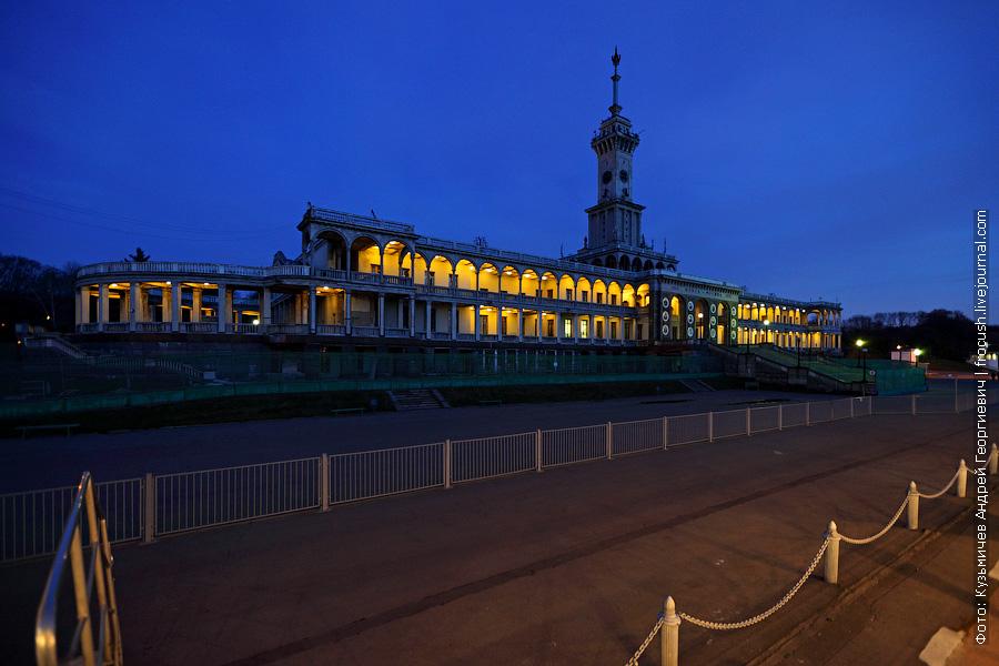 здание Северного речного вокзала в Москве вечернее фото