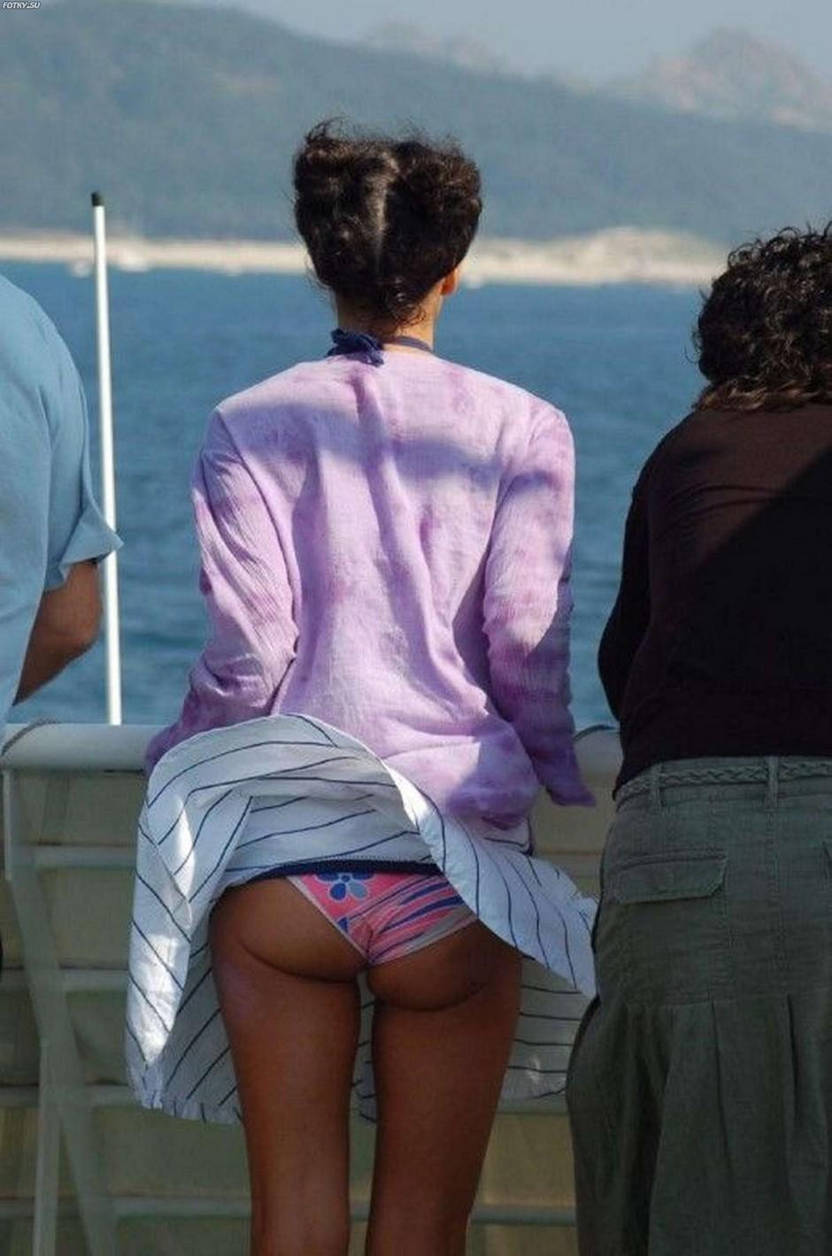 Фото водитель мотоцикла заглядывает девушке под юбку 1 фотография