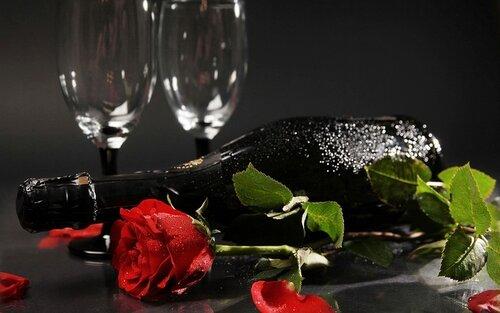 Вино, роза, фужеры - все в ожидании открытка поздравление картинка
