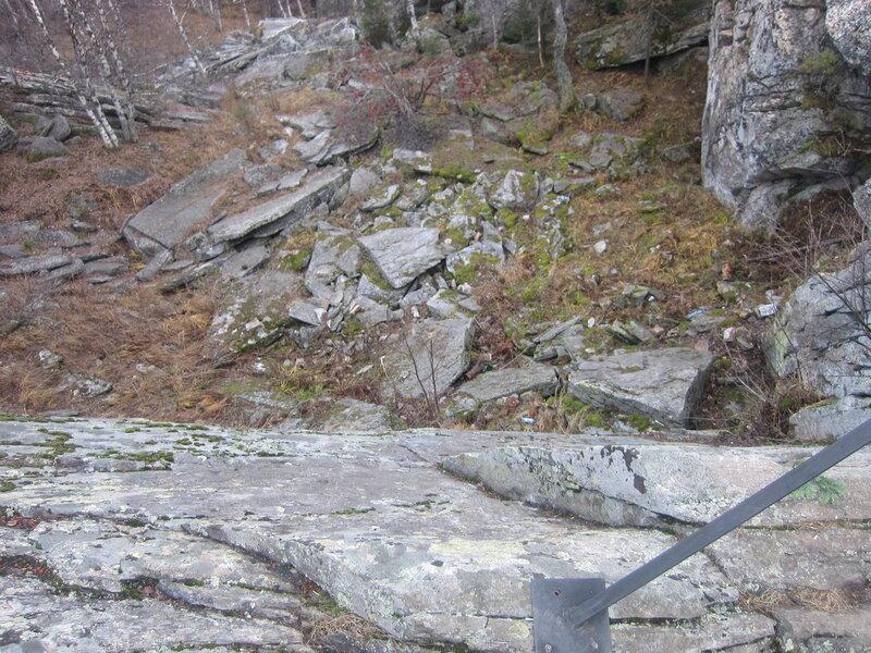 Обрыв неглубок, но страшен. Вид вниз со смотровой площадки (15.11.2013)