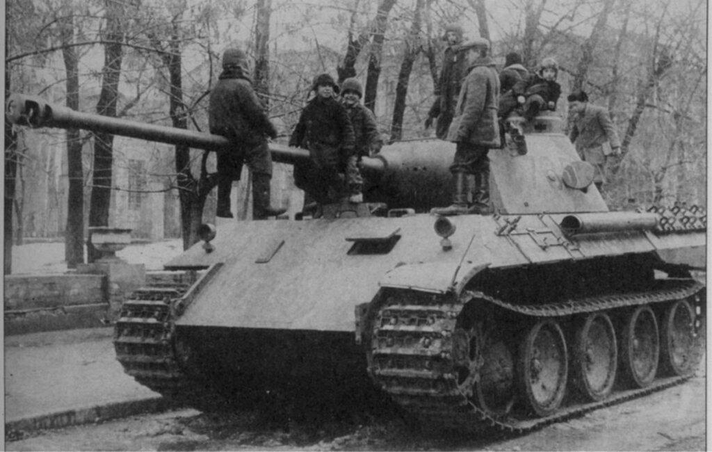 Советские дети, играющие на брошенном немецком танке Pz.Kpfw. V Ausf. D «Пантера» в Харькове.  Сентябрь 1943