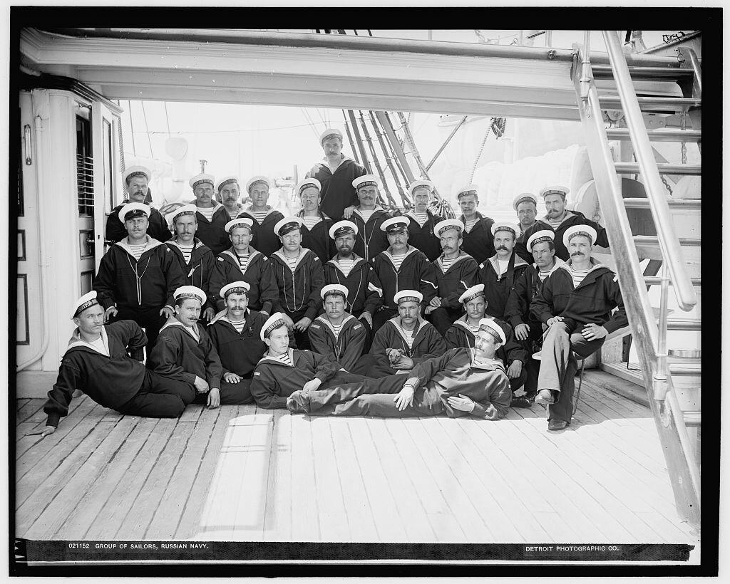 Группа моряков.