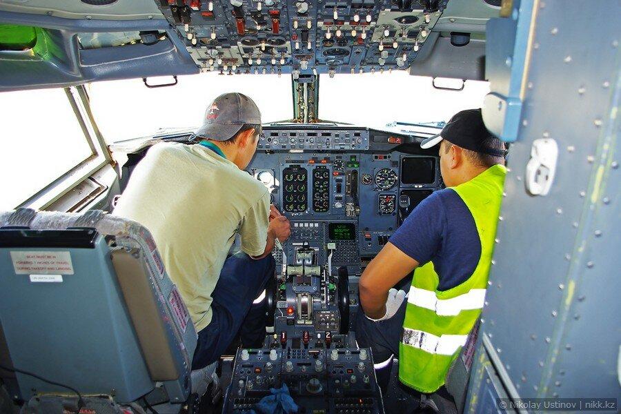 Кабина Боинга 737 авиакомпании Скат