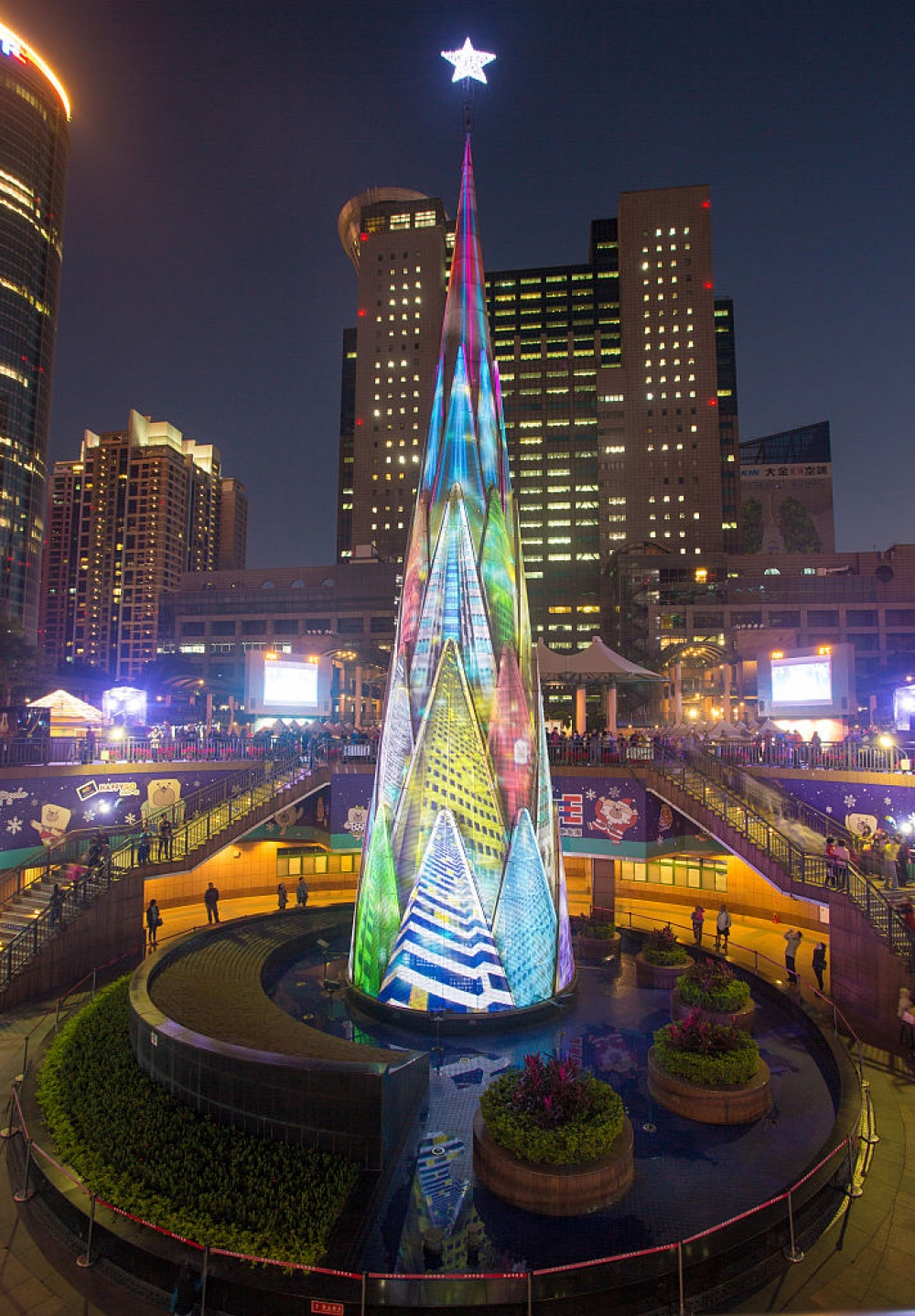 Высота этого светодиодного дерева— почти 36метров. Замесяц допраздника каждые полчаса после захо