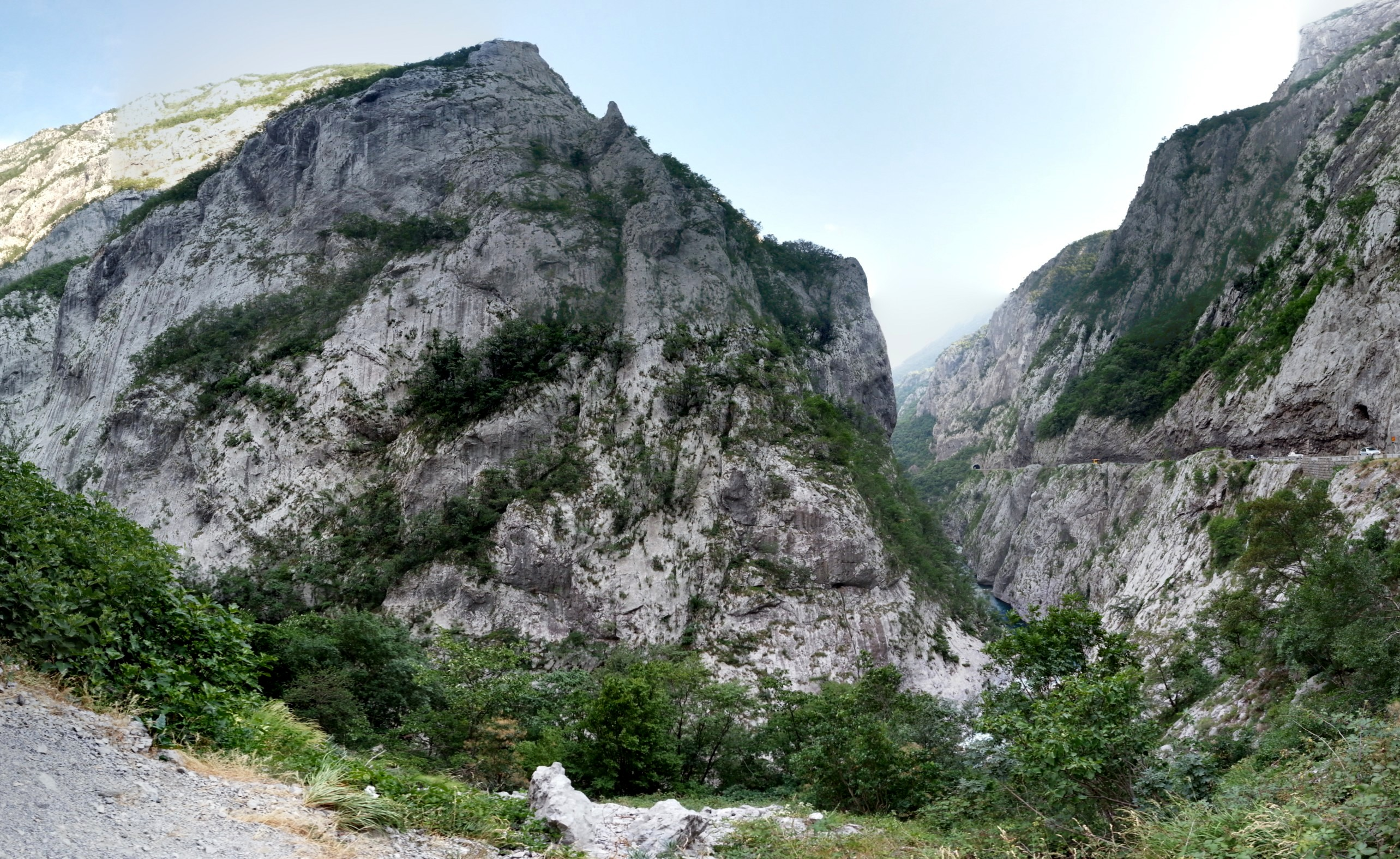 Одно из ущелий Черногории, по краю проложена ниточка дороги.