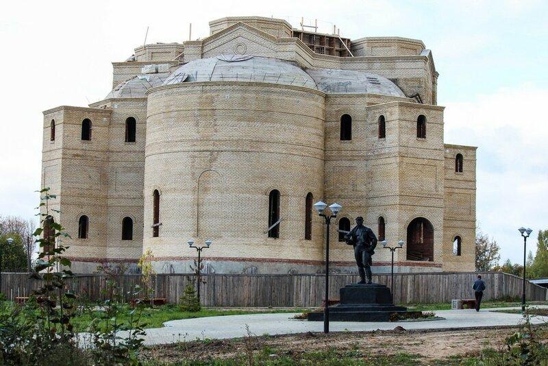 Храм. В маленьком городе Нелидово строят Собор целый, как в Риме.  (фото и видео)