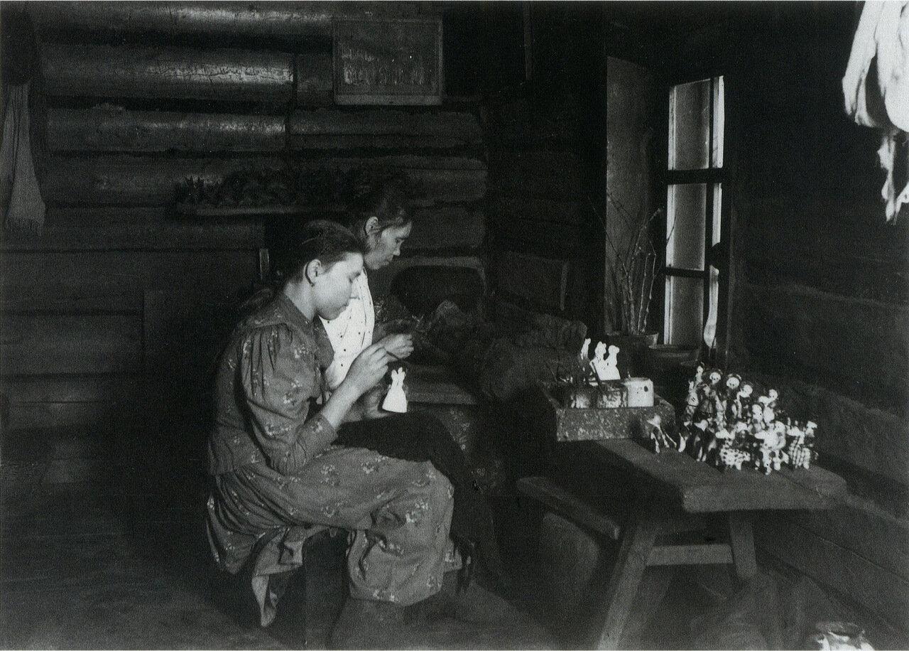 Изготовление глиняных игрушек. Вятская губерния. 1900-е.