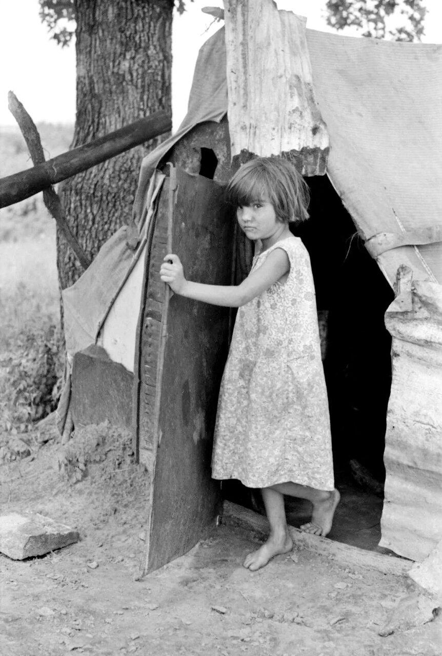 Ребенок сельскохозяйственных рабочих выходит из палатки возле Спиро. Округ Секвойя , Оклахома, 1939