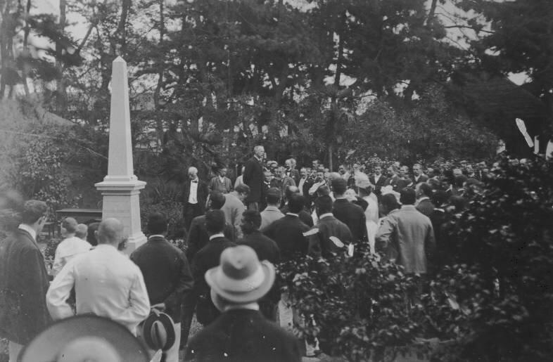 1890. Джон Кэри Холл выступает с речью
