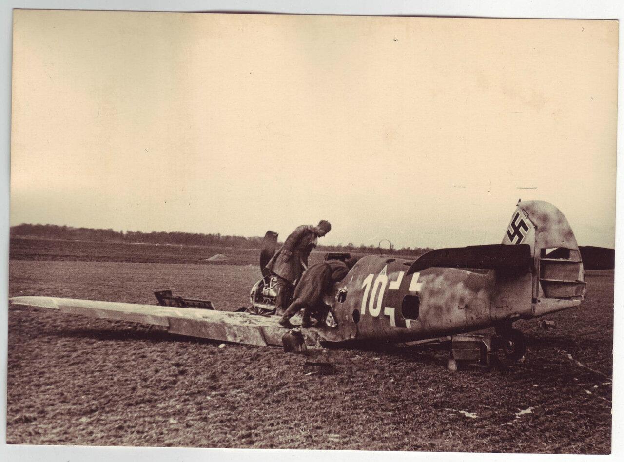 Проверка сбитого немецкого самолета