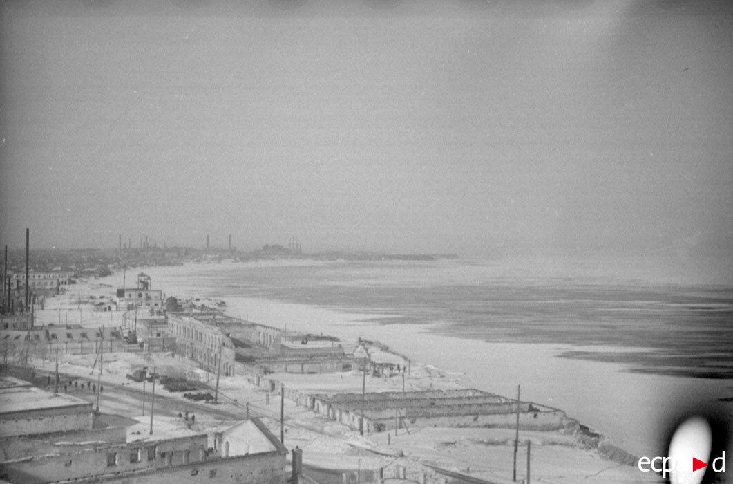 Вид на Сталинград от берега Волги.  Это фотография сделана из оборонительных позиций стрелковой дивизии ВВС Германии