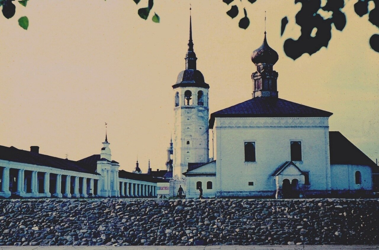 11. Гостиный двор и Воскресенская церковь