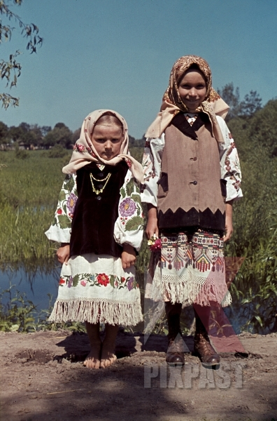 stock-photo-farming-children-in-poltava-ukraine-1941-wearing-traditional-local-costume-12671.jpg