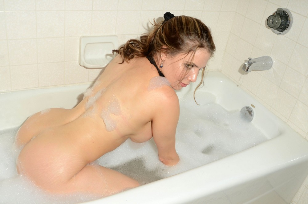 Голая Эрика Джордан в ванне