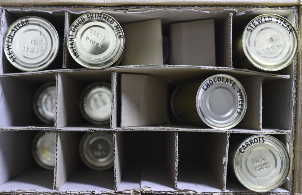 Полки с пищевыми консервами, расположенные недалеко от кухни.