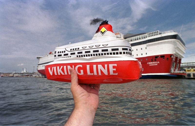 10. Надувной игрушечный кораблик на фоне порта города Хельсинки.