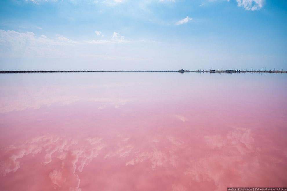 6. В начале из Черного моря по каналу возле Сак подается морская вода. Никаких насосов, она поп