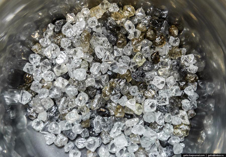 70. В 2013 году предприятия группы «АЛРОСА» добыли более 37 млн. карат алмазов. Из них 40% идут на п