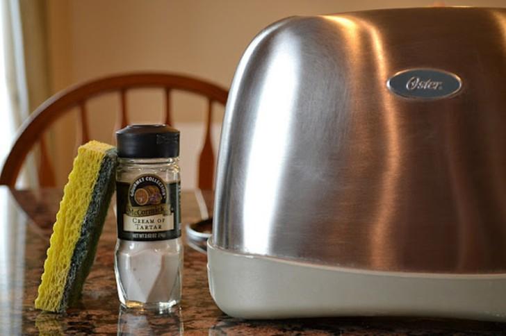 5. Тостер Чтобы почистить тостер снаружи, достаточно иметь под рукой губку, немного винного камня (г