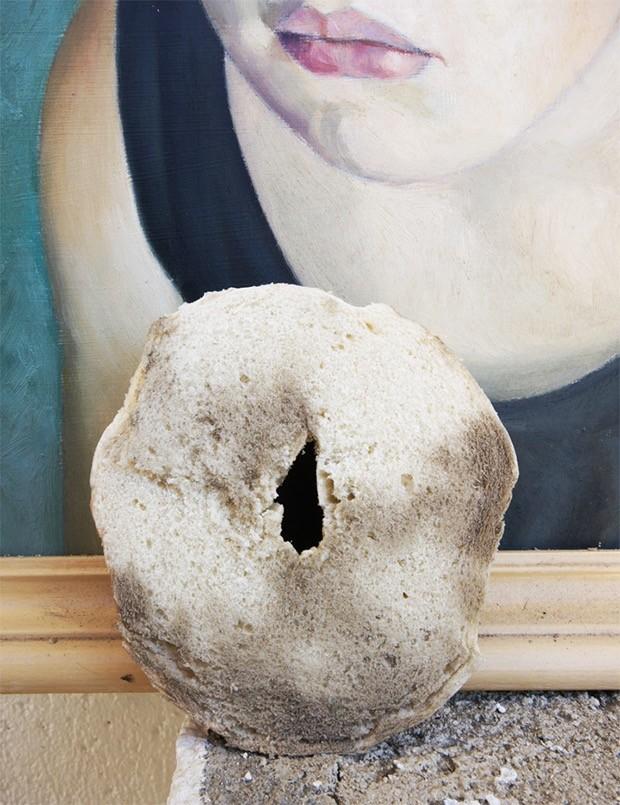 6. Картины Просто аккуратно потрите картину кусочком белого хлеба, чтобы стереть пыль раз и навсегда