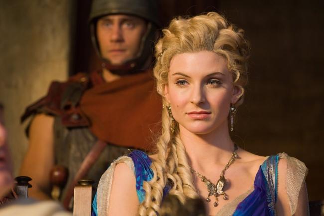 © starz.com  Римские женщины красили волосы . Изначально крашеные волосы считались признаком ж