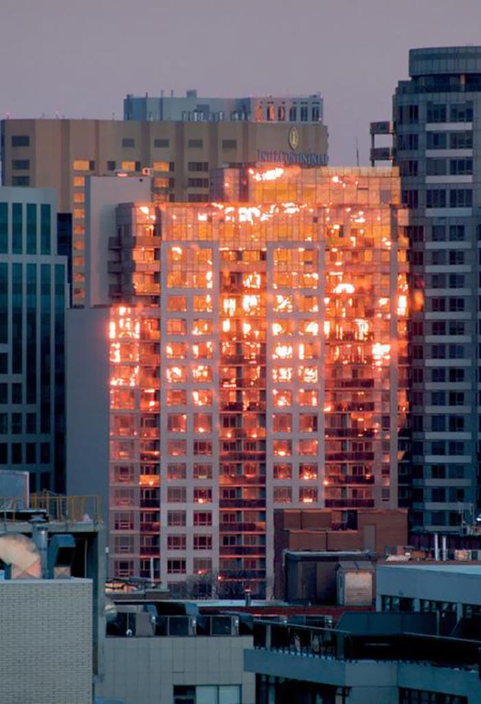 Здание «горит» в закате.