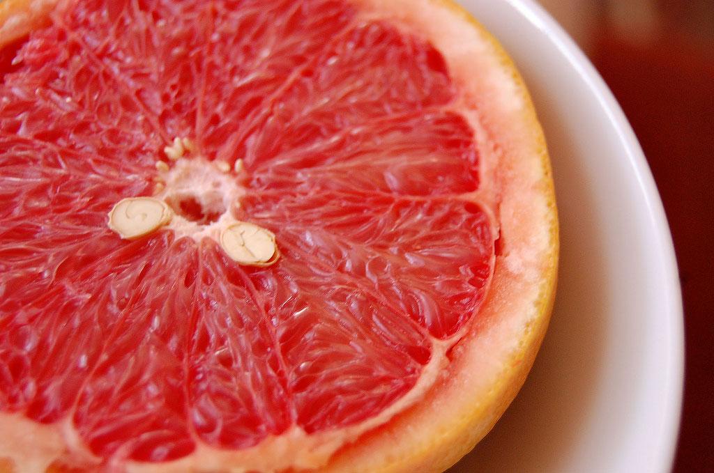 5. Апельсин или грейпфрут легко очистить от белой мякоти, если их прогреть в течение тридцати секунд
