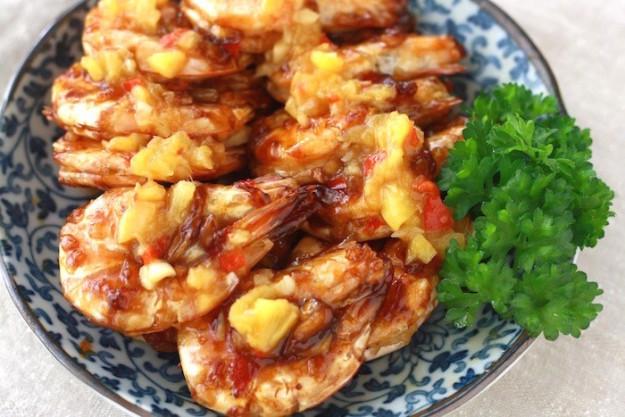 Считается, что эти китайско-малайзийские жареные креветки с ананасом приносят и деньги, и хорошее на