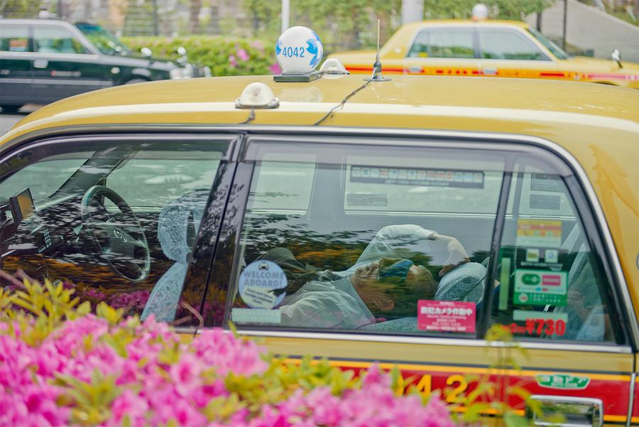 Спящие посреди улицы в середине дня японские таксисты в фотосерии Уильяма Грина