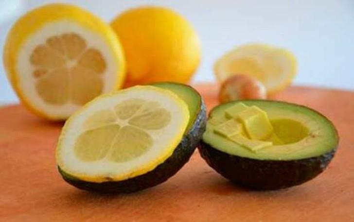 24. Всегда свежие фрукты Чтобы надолго сохранить свежесть таких фруктов, как яблоки, бананы и авокад