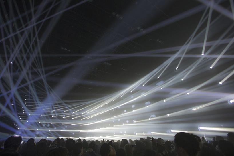 Интерактивные лучи света в установке от TeamLab