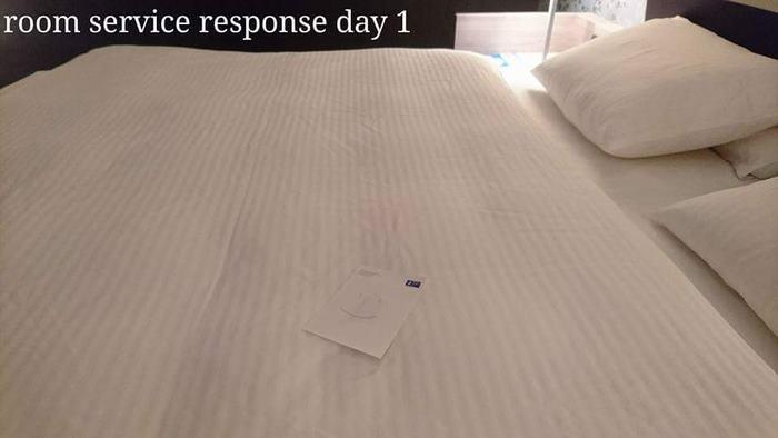 Горничная оставляет листок бумаги.