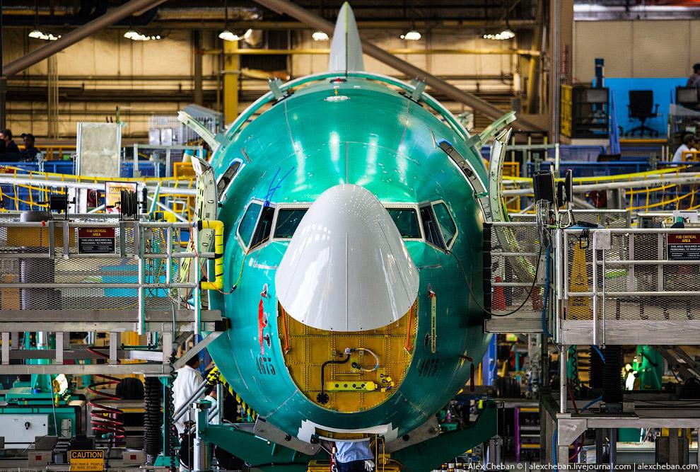 Затем самолет выкатывают и перевозят для покраски в следующий цех, однако первый полет он совер