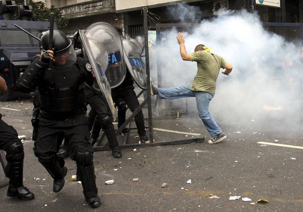 16. Лицом к лицу, милиционер и протестующий. Киев, 20 февраля 2014. (Фото AP Photo | Efrem Luka