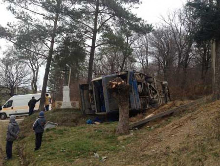 ВИвано-Франковской области перевернулся автобус спаломниками, 10 человек травмировано