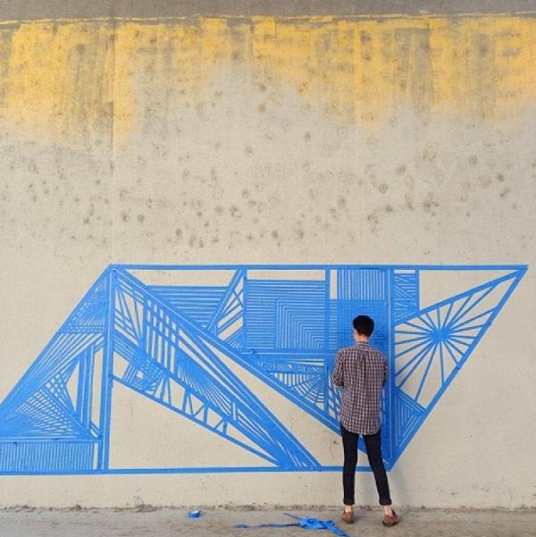 O graffiti com fita adesiva de Flekz