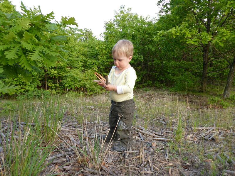 ребенко играет в походе