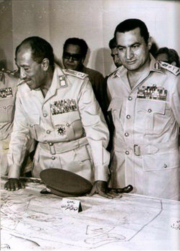 Президент Египта Анвар Садат (слева) и Хосни Мубарак, командующий ВВС и заместитель министра обороны  обсуждают планы войны