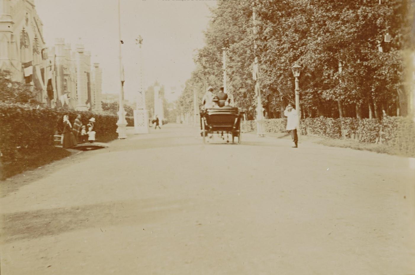 Президент Французской республики Феликс Фор проезжает мимо императорских конюшен