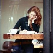 девушка в кафе