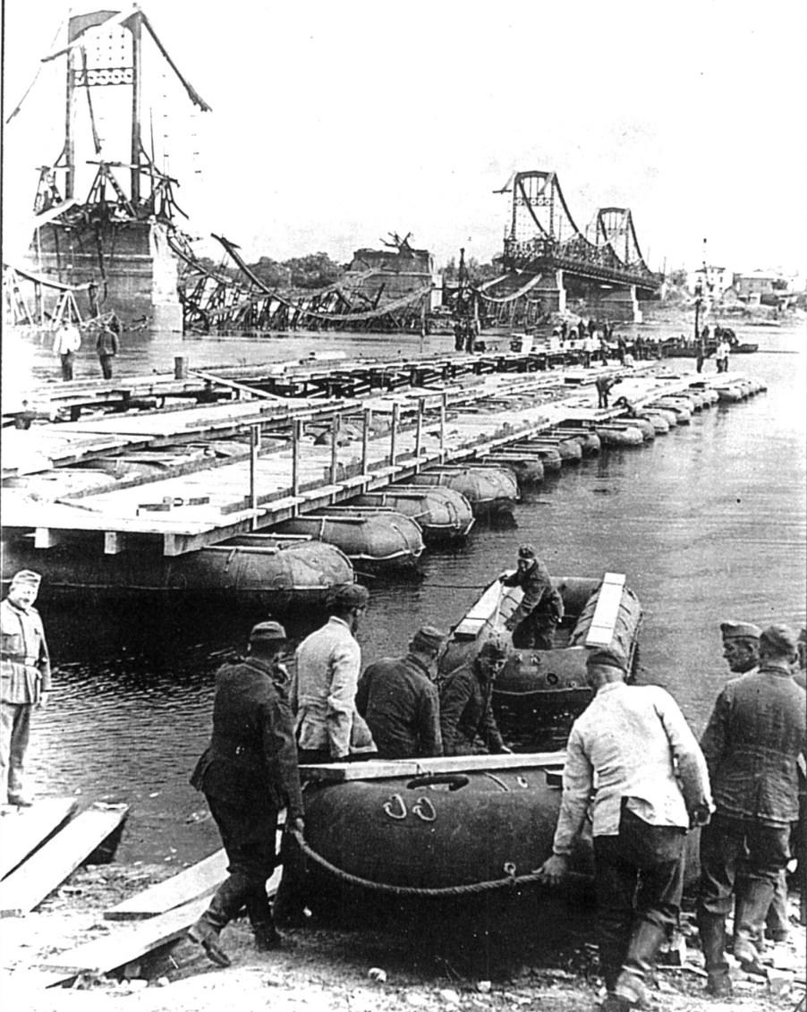Немецкие саперы наводят переправу через Днепр.