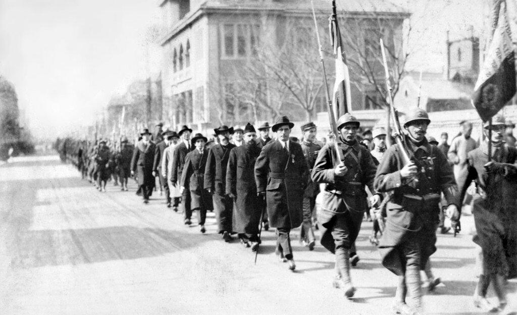 Defile militaire organise en l'honneur du marechal Joffre a Tien-Tsin.