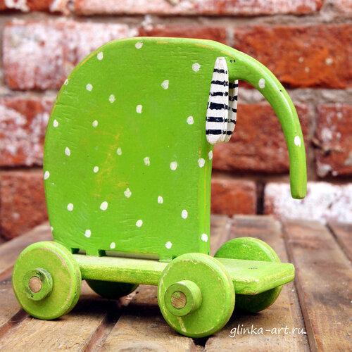 слон на колесах, зеленый в крапинку,