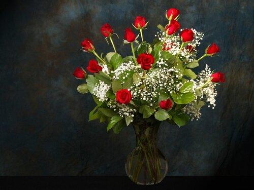 Изящный букет красных роз с мелкими белыми цветочками открытка поздравление картинка