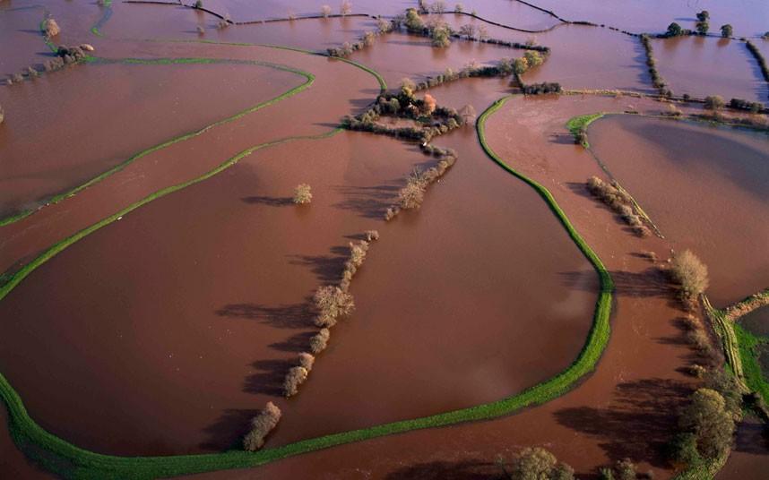 14. Затопленные берега Оусе в Йоркшире. И лишь поросшие зеленью берега выдают течение реки. (Jason H