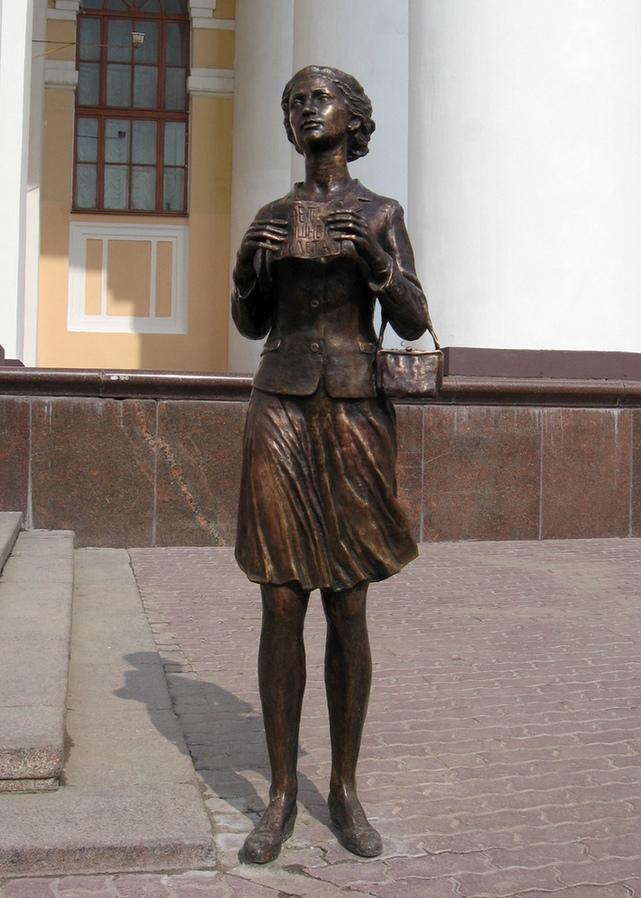 Памятник девушке, выспрашивающей лишний билетик (Калуга)