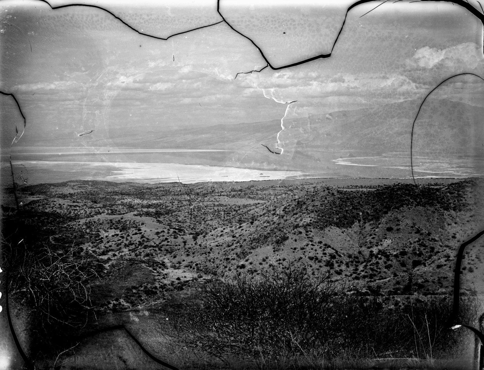 31. Вид на солёное и щелочное озеро Натрон с одного из прилегающих холмов
