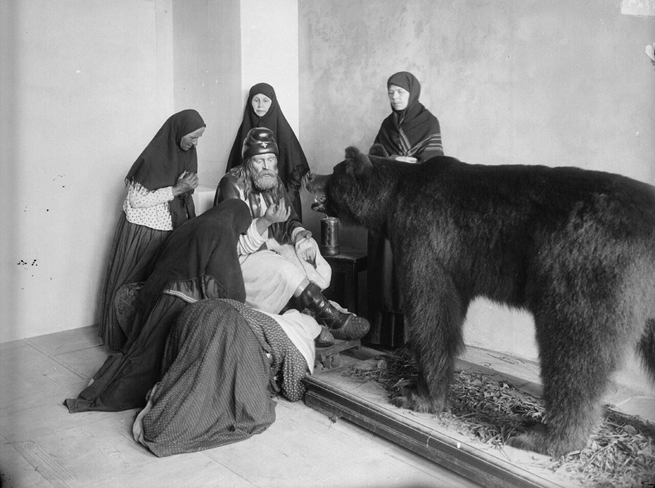 Понетаевский женский монастырь. Гипсовая фигура Серафима, кормящего медведя. н XX в.