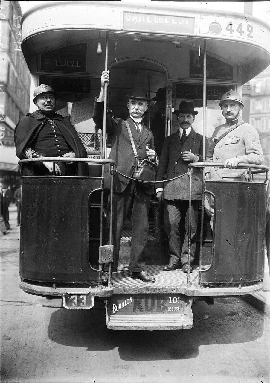 Добровольные помощники жандармов в вагоне автобуса