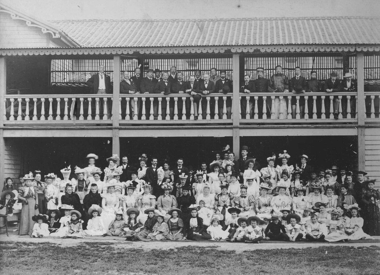 Джон Кэри и Агнес Холлы в гимназии на праздновании дня рождения Королевы